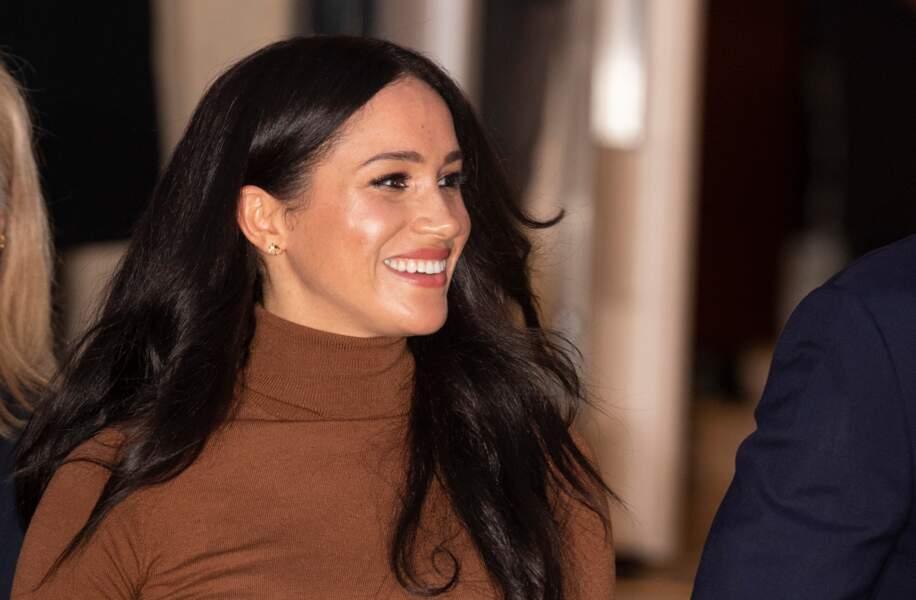 Cheveux lissés et maquillage glowy, Meghan Markle a misé sur une belle bouche rouge et satinée le 7 janvier 2020.