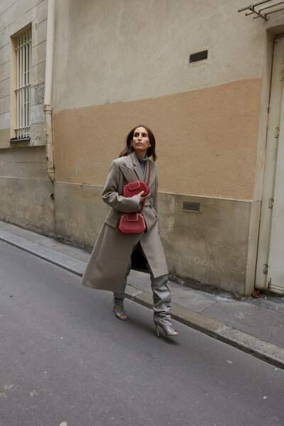 Chloé Harrouche, alias @louloudesaison, s'empare des deux versions du sac Guirlande de Cartier en rouge, sur un total look beige.