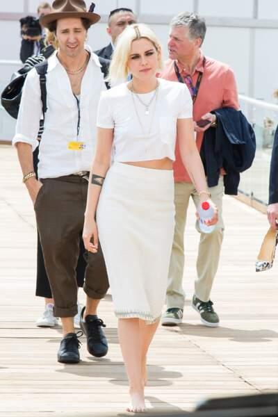 Kristen Stewart, pieds nus mais avec son collier cadenas le 11 mai 2016.