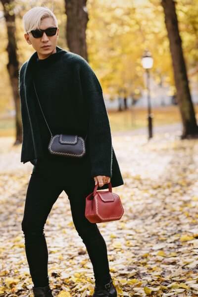 Bryan Yambao mixe les sacs Guirlande noir et rouge. Le modèle de Cartier est aussi disponible en cuir lisse en vert et en camel.