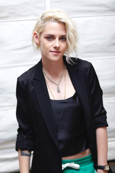 Kristen Stewart, alors blonde platine mais toujours avec son collier fétiche, le 15 octobre 2016 au Essex House Hotel, à New York.