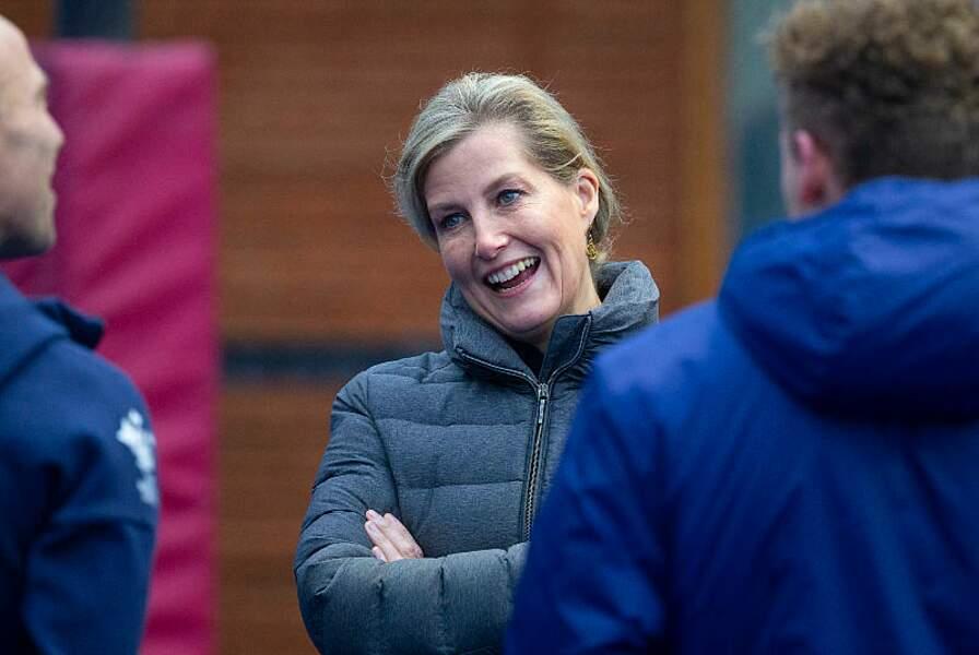 La comtesse Sophie de Wessex très souriante l'entrainement de  l'équipe de Hockey d'Angleterre à Marlow le 7 janvier 2020.