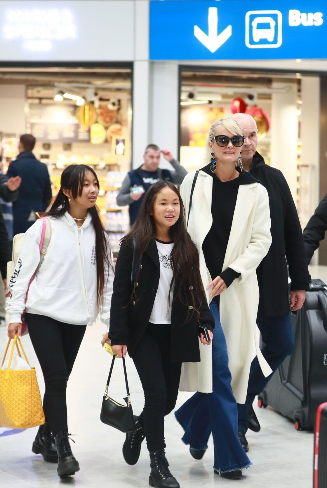 Laeticia Hallyday arrive en famille avec ses filles et sa mère à l'aéroport Roissy CDG le 19 novembre 2019