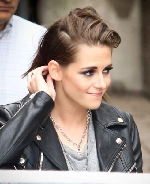 Kristen Stewart, les cheveux plus courts et toujours son collier cadenas autour du cou, le 13 septembre 2015.