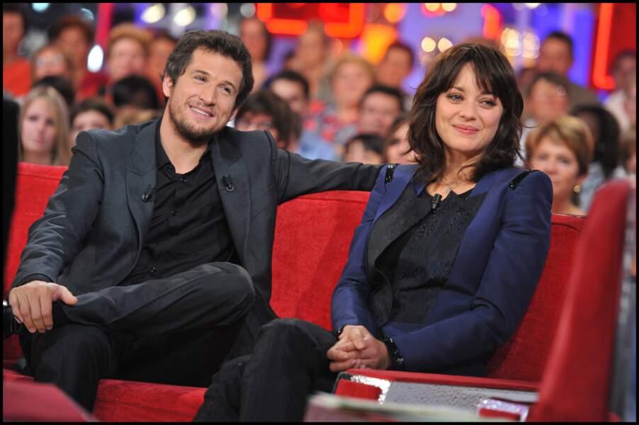 """Guillaume Canet et Marion Cotillard pendant l'enregistrement de l'émission """"Vivement dimanche"""", en 2010"""