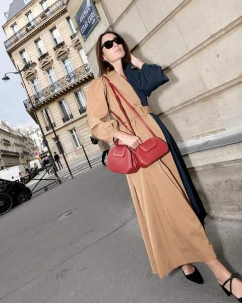 Géraldine Boublil alias @erinoffduty choisit les versions rouges des sacs Guirlande de Cartier avec une robe ceinturée bicolore.