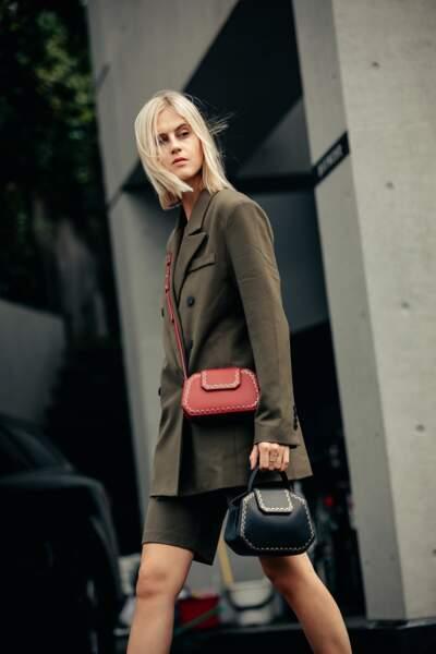 Avec un ensemble blazer-short khaki, Linda Tol adopte les sacs Guirlande de Cartier.