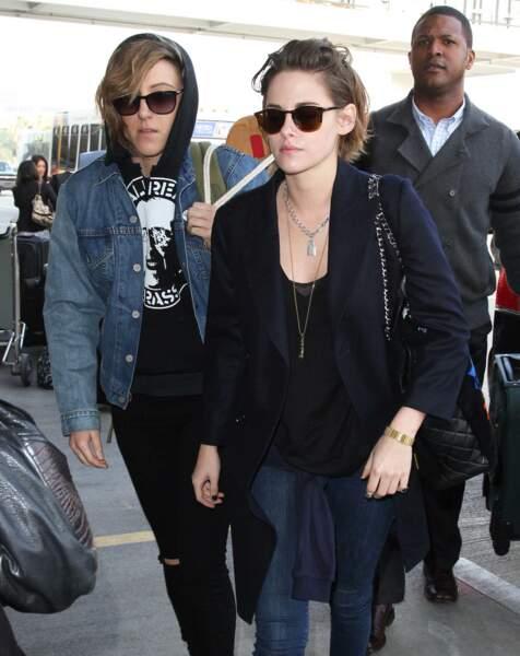 Kristen Stewart apparaît pour la première fois avec sa compagne, Alicia Cargile, le 4 février 2015. Elle porte pour la première fois son collier cadenas offert par Jilian Dempsey.