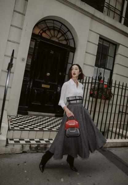 Chriselle Lim préfère associer les Nano et Petit modèles du sac Guirlande de Cartier en rouge et noir.