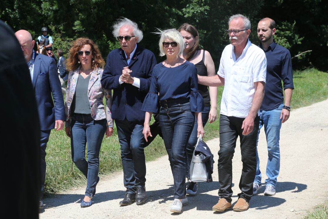 Jean-Pierre et Isabelle Fouillot, les parents d'Alexia Daval, lors d'une reconstitution en présence de Jonathann Daval, à Gray-la-Ville, le 17 juin 2019.