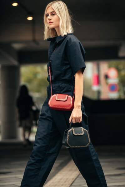 Look minimaliste, Linda Tol redonne des couleurs à sa combinaison noire avec les Petit et Nano sacs de Cartier.