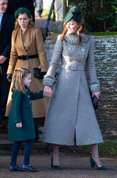 Kate Middleton opte pour un long manteau aux détails fourrure.