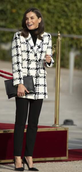 La reine Letizia d'Espagne craque pour les vestes imprimées et cintrées, comme cette veste pied-de-poule.