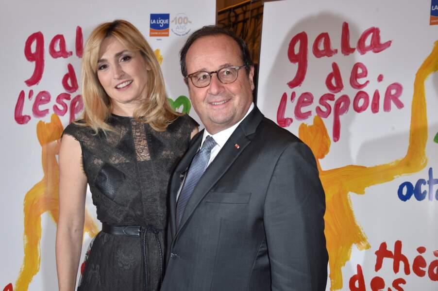 22 octobre 2019 : Julie Gayet et François Hollande participent au 27e Gala de l'Espoir de la Ligue contre le cancer. L'événement se trouvait au Théâtre des Champs-Élysées. Le couple s'affiche désormais en public sans problème.