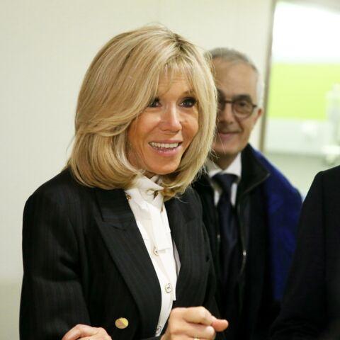 PHOTOS – Brigitte Macron toujours aussi chic en costume et col lavallière