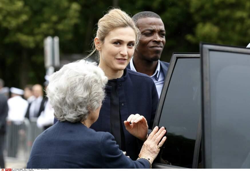 18 juin 2015 : Julie Gayet à la cérémonie de commémoration du Général de Gaulle. Un an après les révélations faites sur le couple dans Closer, c'est la première fois que Julie Gayet se rend à un événement ou François Hollande y est attendu (puisqu'il le présidait).