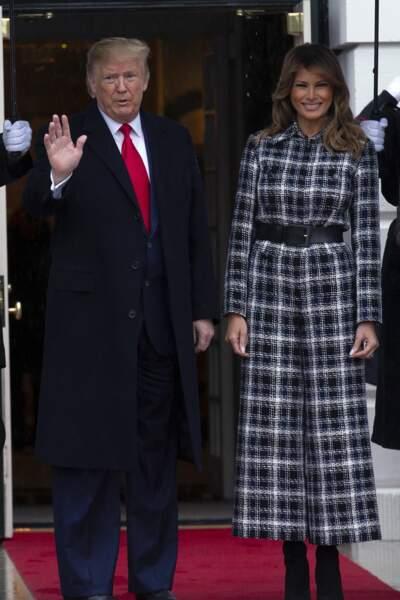 Melania Trump collectionne les manteaux long, comme ce modèle en tweed signé Chanel.