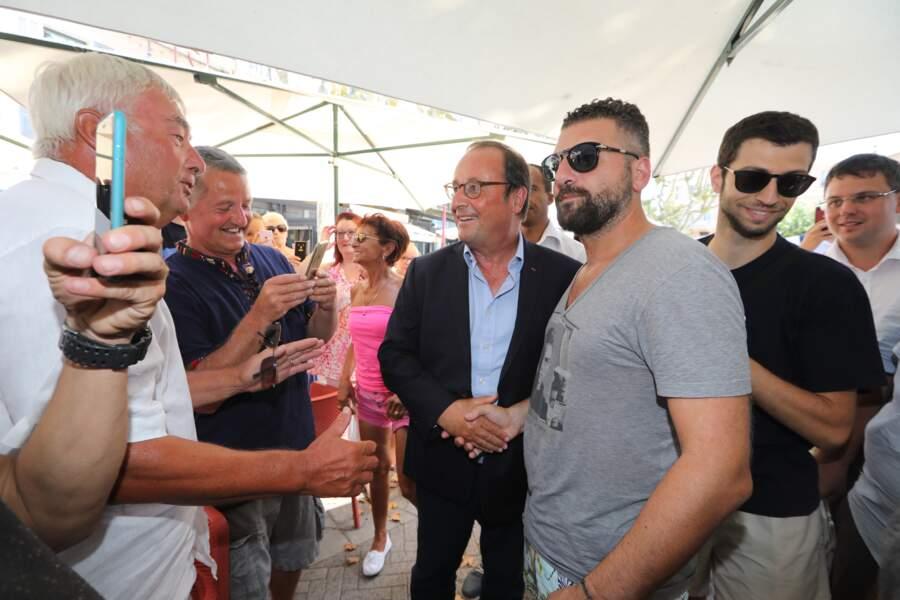 5 août 2018 : François Hollande était avec sa compagne Julie Gayet à la librairie du Centre à Saint-Cyr-sur-Loire pour y dédicacer son livre.