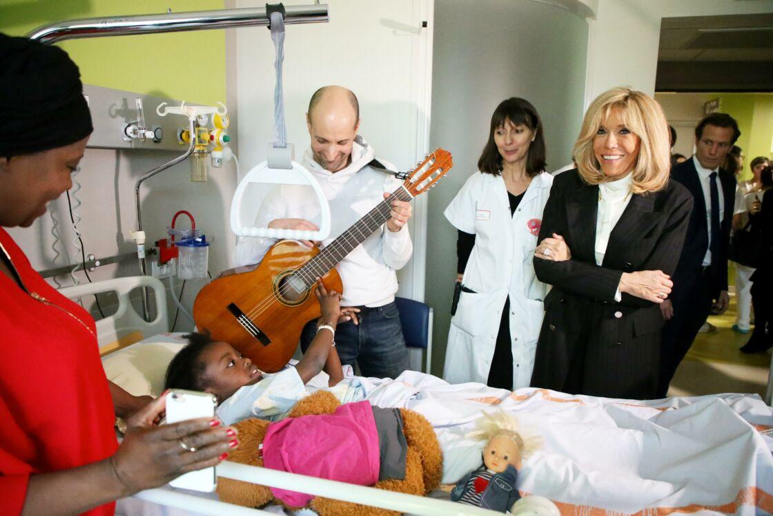 Brigitte Macron, au chevet d'un enfant hospitalisé au CHR d'Orléans, le 8 janvier 2020.