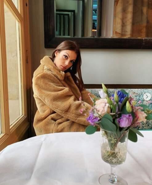 Attitude cocoon pour Iris Mittenaere : veste pilou pilou et peau nettoyée au quotidien avec une huile démaquillante