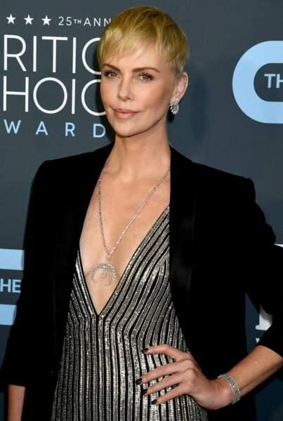 Charlize Theron innove en robe ultra décolletée signée Celine et met en avant son sublime sautoir Messika.
