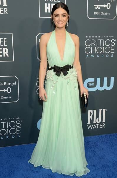 Lucy Hale très sexy aussi dans cette robe au décolleté en V plongeant lors des Critics Choice Awards à Santa Monica, le 12 janvier 2020.