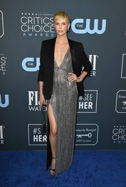 Charlize Theron affiche un sublime décolletéR dans une robe couture dos nu signée Hedi Slimane pour Celine.