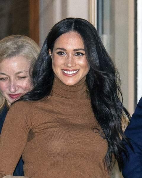 En ce début d'année 2020 où la décision du couple Sussex de s'éloigner de la vie publique secoue le Royaume-Uni, Meghan Markle s'affiche avec des cheveux très longs et un look très naturel.