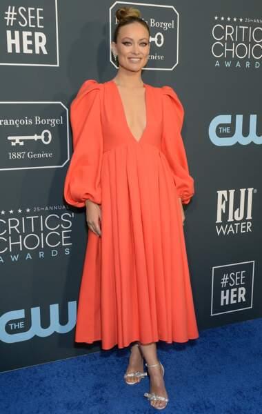Olivia Wilde ravissante avec un très beau décolleté plongeant dans une robe colorée signée Maison Valentino.