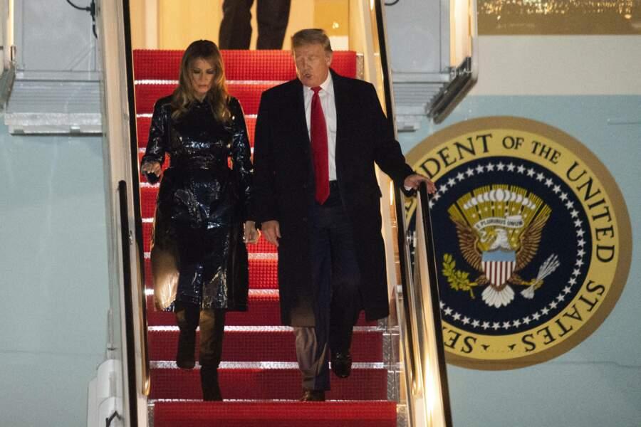 A la sortie de l'avion présidentiel, Melania Trump dévoile son trench en vinyle noir