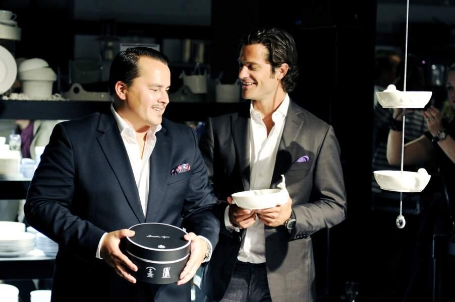 Le prince Carl Philip de Suède et le designer Oscar Kylberg lors d'une présentation de sa gamme de porcelaine à Stockholm.