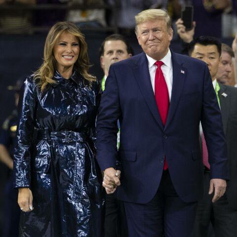 PHOTOS – Melania Trump sanglée dans un trench en vinyle noir: un look qui fait jaser