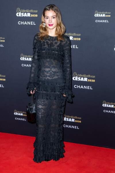 Manon Clavel (La Vérité), robe en soie noire, des souliers et un sac Chanel