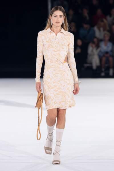 Doutzen Kroes a elle aussi répondu à l'appel du catwalk Jacquemus, dans une robe imprimée.
