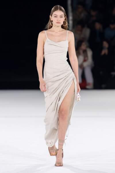 Robe fendue et mini Chiquito, Gigi Hadid était envoutante chez Jacquemus.