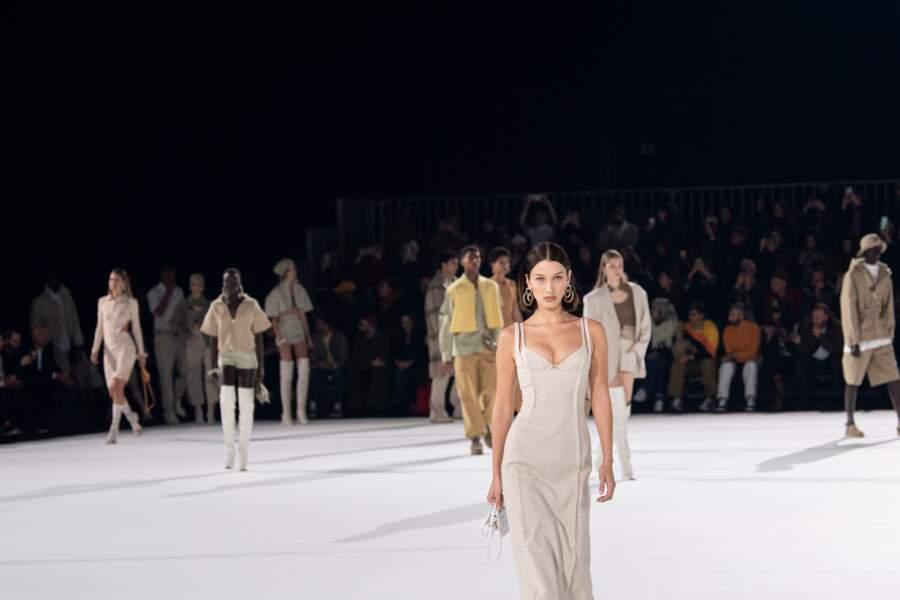 Laetitia Casta, Bella et Gigi Hadid, Doutzen Kroes, Joan Smalls... Tous les mannequins sont entrés une dernière fois sur le podium pour une ultime danse, avant de laisser place au salut de Simon Porte Jacquemus.