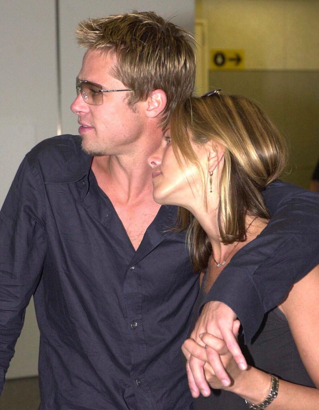 Brad Pitt et Jennifer Aniston amoureux à Londres, le 1er juillet 2001.
