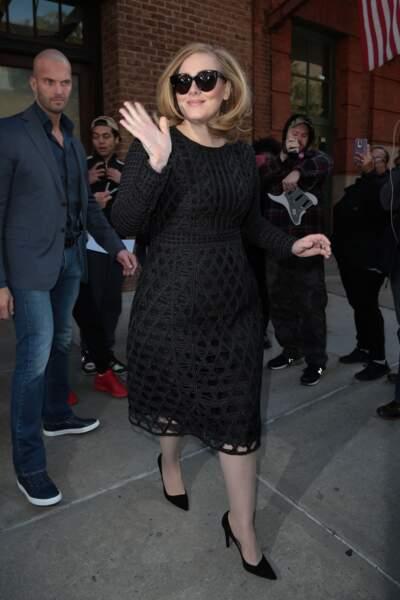 Novembre 2015 : Véritable star, Adele très classe lorsqu'elle salue ses fans à New York.