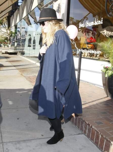 Janvier 2013 : Adele fait du shopping à West Hollywood. Elle porte un look très confort et porte les cheveux longs frisés/décoiffés.