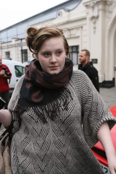 2008 : Adele commence tout juste dans le domaine musical. Loin des stéréotypes récurrents, la jeune femme est très naturelle et peu maquillée. Son look casual, est éloigné du look Chic et rétro auquel les fans sont habitués actuellement.