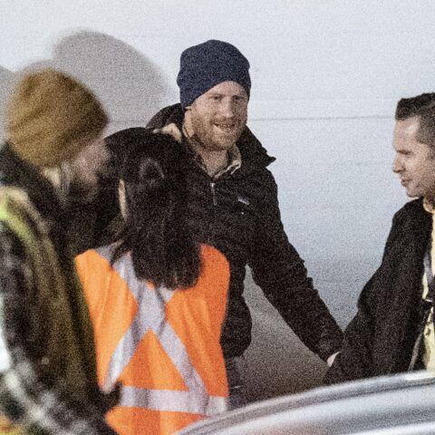 PHOTOS – Le prince Harry, tout sourire à son arrivée au Canada, court rejoindre Meghan Markle et Archie