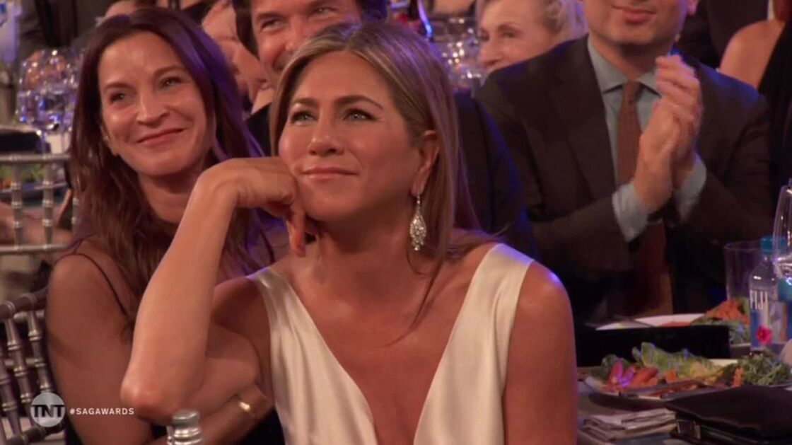 Jennifer Aniston fixe Brad Pitt sur la scène des SAG Awards, à Los Angeles, le 19 janvier 2020.