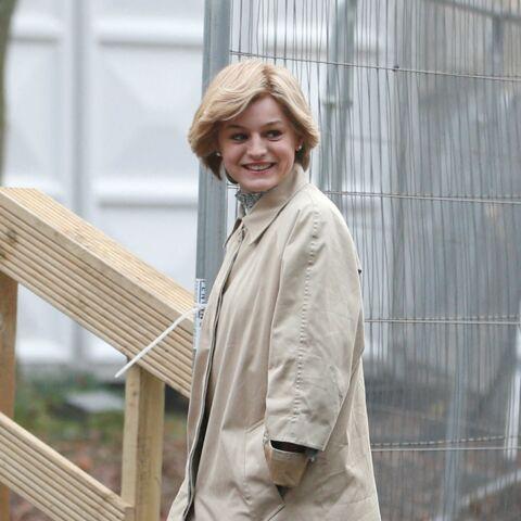 PHOTOS – The Crown: Emma Corrin dans la peau de Diana, la ressemblance est frappante!