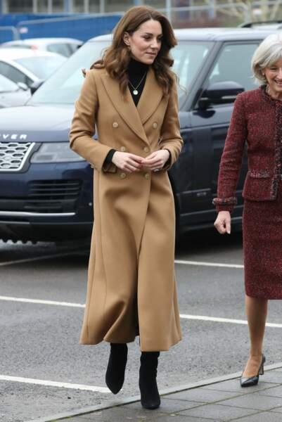Kate Middleton craque enfin pour le manteau long camel si tendance cet hiver.