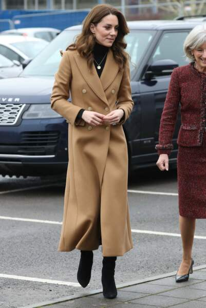 On ne la reconnaît plus ! Kate Middleton fait sensation le 22 janvier 2020 en manteau long camel, bottes hautes et une jupe léopard.