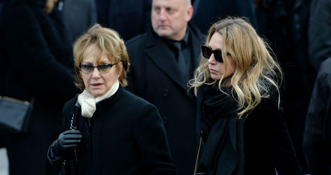 Nathalie Baye et Laura Smet aux obsèques de Johnny Hallyday en l'église de la Madeleine, à Paris, le 9 décembre 2017.
