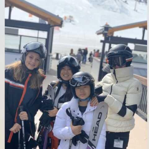 PHOTOS – Tout schuss! Laeticia Hallyday s'éclate au ski avec un célèbre humoriste
