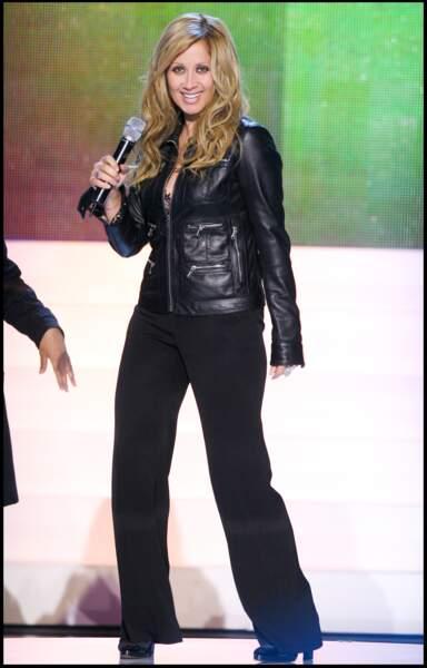 4 juin 2006 : Lara Fabian en mode rockeuse avec son perfecto noir lors de l'enregistrement de l'émission ' Samedi soir '. Depuis quelques mois avant, elle vite une belle histoire avec le réalisateur, producteur et compositeur Gérard Pullicino, futur père de sa fille.