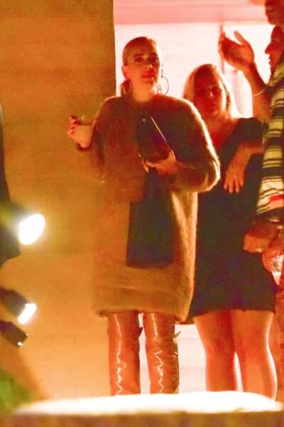 26 octobre 2019 : Adele apparaît en robe pull et botte montante, très stylée pour faire la fête au restaurant Nobu à Los Angeles.