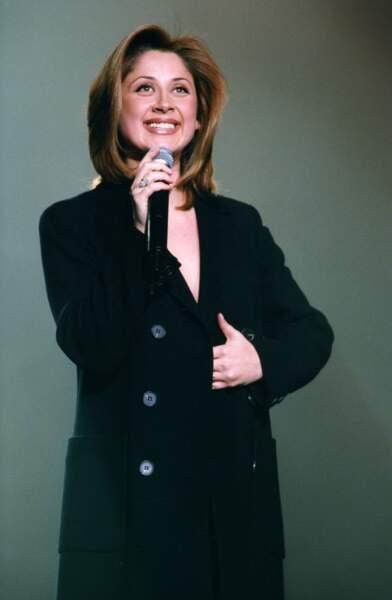 """1998 : Lara Fabian à l'Olympia de Paris dans une tenue que l'on connaît bien. Petit top ou robe associé avec son long manteau noir dans lequel elle criait """" Je t'aime""""  ans après sa rupture avec le compositeur Rick Allison."""